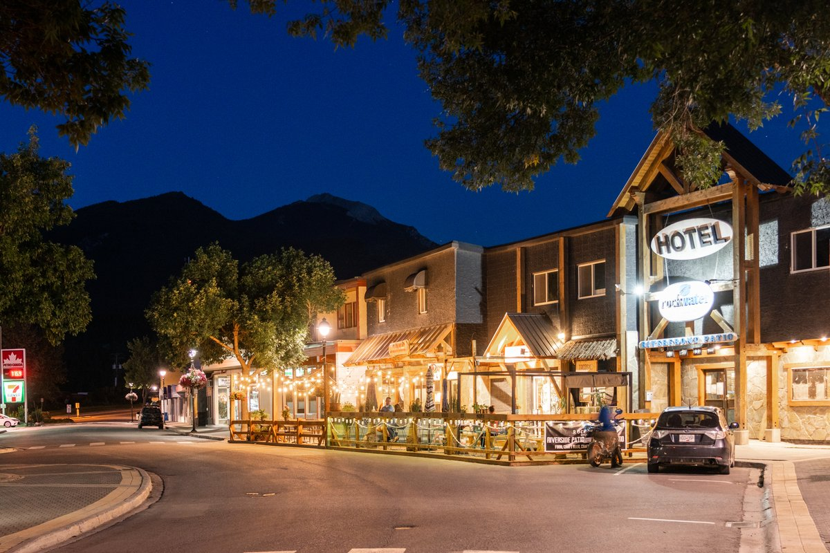 Find top-notch dining, shopping and more in downtown Golden. Photo by Kootenay Rockies Tourism/Mitch Winton.